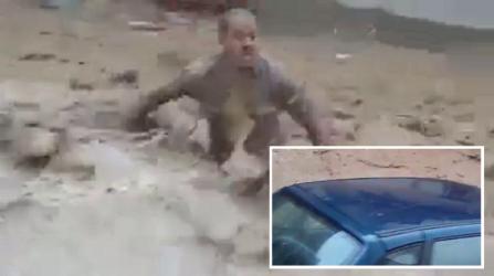 بالفيديو.. جزائري حاول إنقاذ سيارته وهذا ما فعلته به السيول