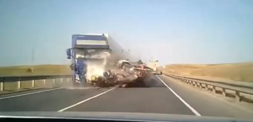 بالفيديو.. تجاوز خاطئ من سائق حافلة يحوّلها إلى أشلاء جراء اصطدام مروع مع شاحنة ومقتل كل الركاب!