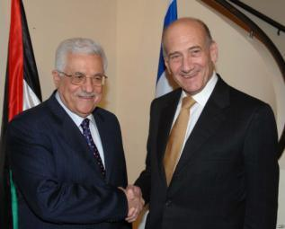 """أبومازن لإذاعة عبرية: التوتر بين إسرائيل وحماس قد """"يشعل"""" الضفة.. وسعيد بلقاء أولمرت!"""