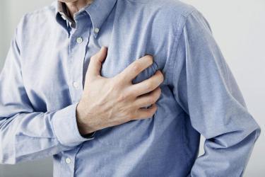 هل تشير نغزة الصدر لمشكلة بالقلب؟
