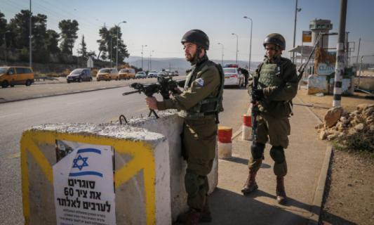 كان في طريقه لزفاف صديقه.. الاحتلال يعتدي بوحشية على شاب شرق بيت لحم