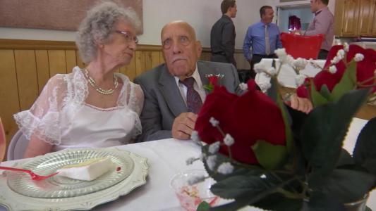 قصة غريبة.. رجل بعمر 95 عاماً يتزوج عروساً في الـ 81 من عمرها (فيديو)