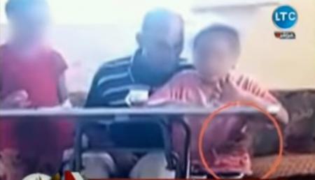 مدرس خصوصي يتحرش بطفلة أثناء إعطاءها درسا في منزلها! (فيديو)