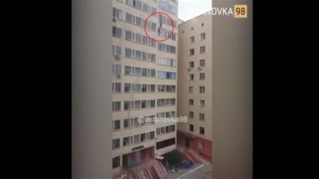 بالفيديو: سقوط طفل من الطابق العاشر.. وأحد الجيران يتدخل لإنقاذه