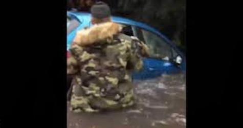 شاب ينقذ عجوز عالقة بسيارتها داخل الفيضانات (فيديو)