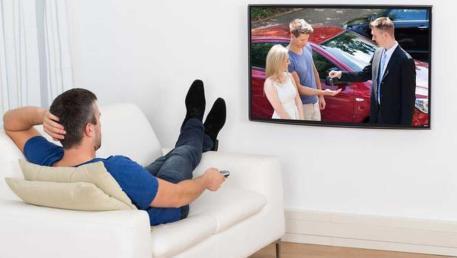 لماذا يتنقل الرجال بين قنوات التلفزيون بدون هدف معظم الوقت؟