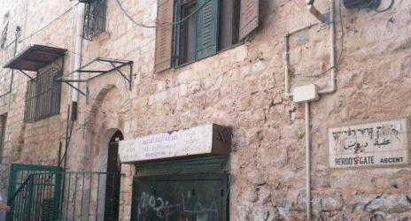 هآرتس: منع نشر أسماء فلسطينيين تورطوا ببيع منازل للمستوطنين