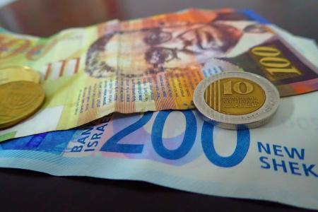مالية غزة تصرف مساعدة مالية لألفي أسرة بغزة