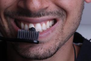 تبييض الأسنان بالفحم.. بين الحقيقة والخرافة