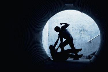 شاهد.. معركة عنيفة بين عصابة وعامل صالة البولينج