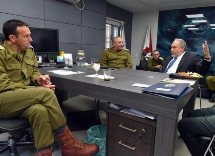 """وزراء بـ""""الكابينيت"""" يهاجمون ليبرمان بسبب غزة"""