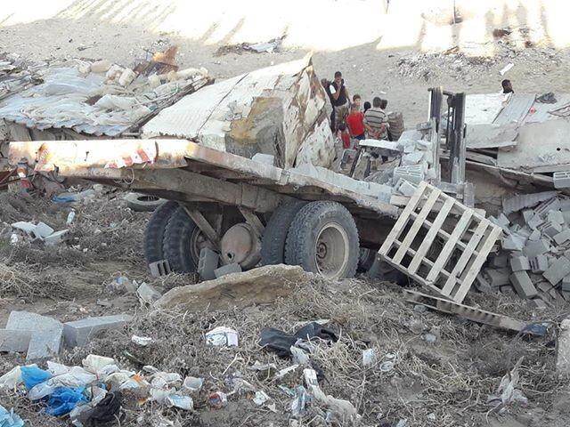 بالصور.. عناية الله تنقذ طلاب مدرسة بعد انقلاب عربة محمل بلوك في دير البلح