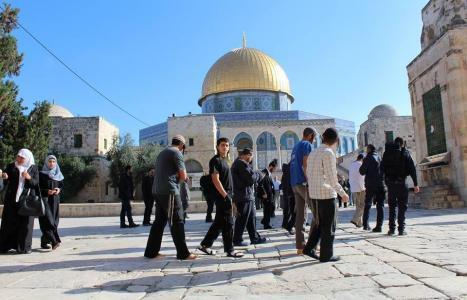 مستوطنون يؤدون رقصات استفزازية وهتافات عنصرية قرب أبواب المسجد الأقصى