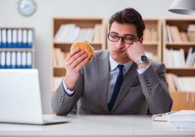كيف يؤثر تناول الوجبات السريعة على الحالة المزاجية للإنسان؟