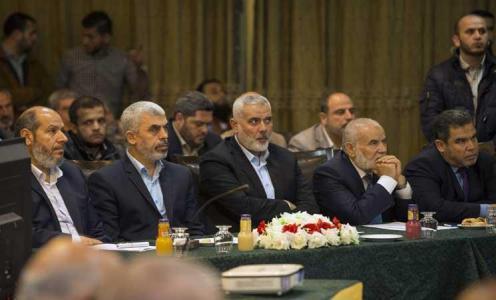صحيفة : حماس تقبل بتأجيل حسم ملفات وحلحلة في مواقف الحركة