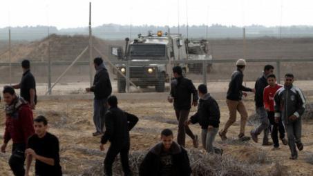 عشرات الشبان ينجحون باختراق السياج الأمني شرق دير البلح