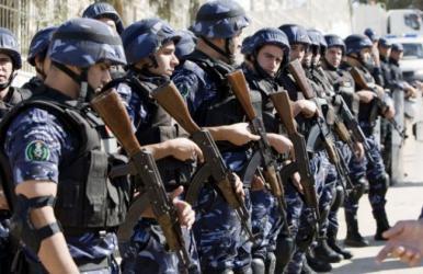 """شاهد.. سائق """"ونش"""" يحاول دهس أفراد من الشرطة الفلسطينية"""