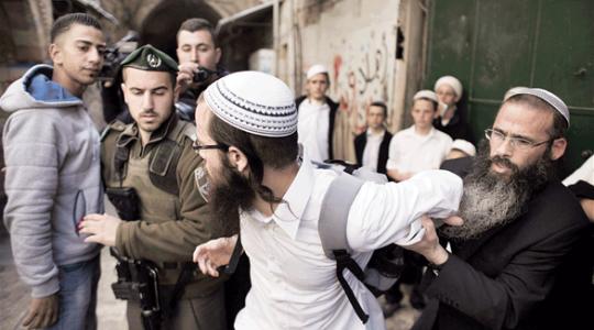 مستوطنون يعربدون قرب الحرم الإبراهيمي ويعتدون على مواطنين ويحطمون محال تجارية
