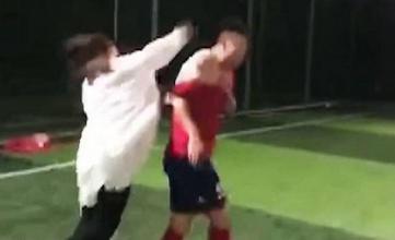 بالفيديو.. فتاة تقتحم الملعب وتوسع حبيبها ضرباً أمام اللاعبين لهذه السبب؟