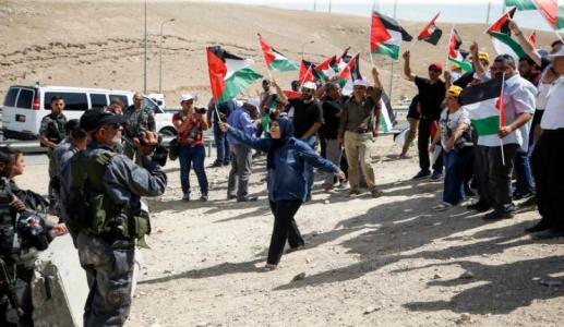 """إصابات باعتداء قوات الاحتلال على أهالي """"الخان الأحمر"""""""