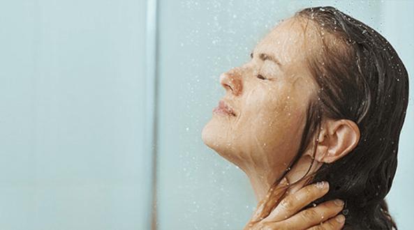 6 أمور ضارة عليك تجنبها أثناء الاستحمام في الشتاء