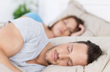 ضبط شابين صورا زوجين بالملابس الداخلية داخل غرفة نومهما.. والسبب!