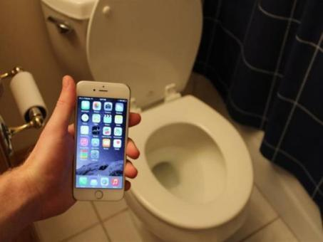تعرف على مخاطر استخدام الهاتف في الحمام