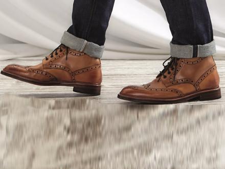 4 طرق سهلة لتنسيق الحذاء الشتوي مع سروال الجينز