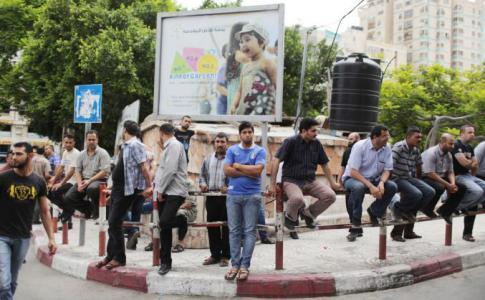 المئات يعتصمون وسط مدينة الخليل رفضا لقانون الضمان الإجتماعي