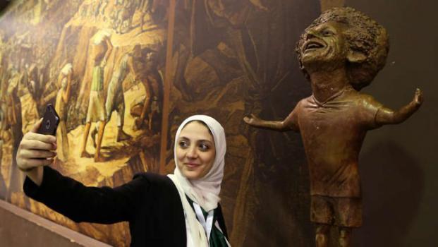 محمد صلاح يفاجئ صاحبة التمثال ويطلب منها طلبا