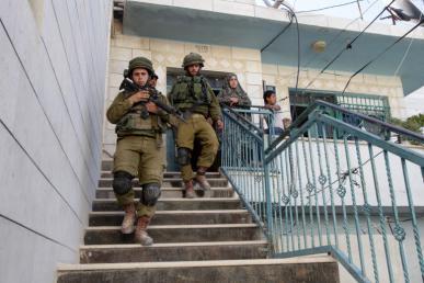 قوات الاحتلال تعتدي على عائلة سوالمة في مدينة نابلس
