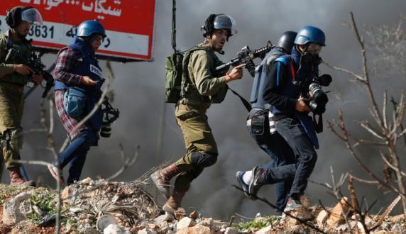 """غزة.. المكتب الإعلامي يدين الاعتداءات بحق الصحفيين ويدعو لإنجاح حملة """"بدعمكم نبنيها"""""""