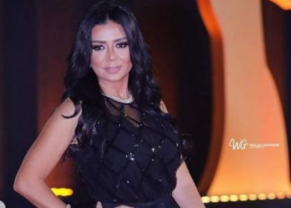 بالفيديو.. رانيا يوسف تثير الجدل بفستان جريء!