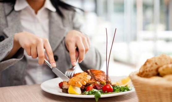 تحذير مشدد.. لا تأكل أبدًا هذه الوجبات في المطاعم