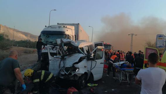 مصرع 6 عمال فلسطينيين في حادث سير مروع قرب أريحا