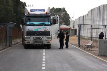المستوطنون يقررون منع نقل البضائع الى قطاع غزة عبر معبر كرم ابو سالم
