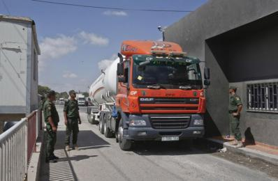 """استئناف إدخال شاحنات """"كرم أبو سالم"""" بعد اعتراضها من مستوطنين"""