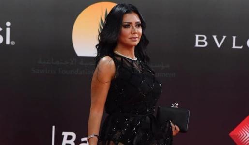 """""""هي نسيت البنطلون؟"""".. رانيا يوسف تثير الجدل بإطلالة جريئة على """"تويتر"""""""