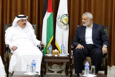 وفد من قيادي حماس يزور العمادي لتثمين الدور القطري