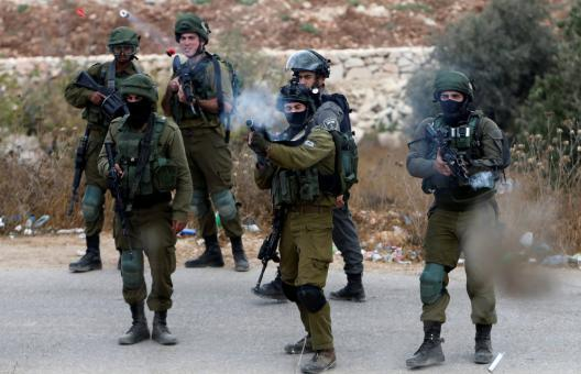 إصابة عشرات الصحفيين الدوليين والفلسطينيين بالاختناق على حاجز قلنديا (فيديو)