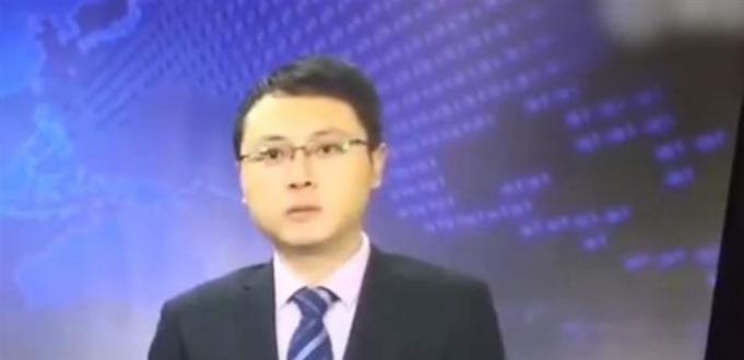 بالفيديو.. مذيع يشعل الإنترنت بردة فعله حين شعر بزلزال على الهواء!
