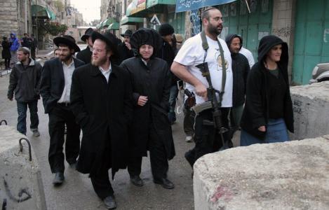 جيش الاحتلال يتلف بسطات الباعة على معبر وادي الخليل ويخلف أصحابها خسائر