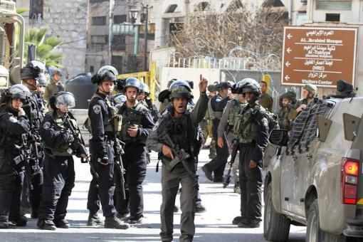 الاحتلال يحتجز عشرات العمال قرب معبر الظاهرية