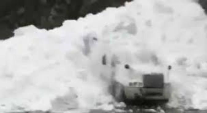 بالفيديو.. مشهد مرعب لانهيار ثلجي يغطي شاحنة عملاقة وكانها دراجة صغيرة