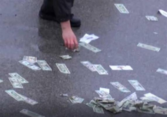 نصف مليون دولار متناثرة على الطريق (فيديو)