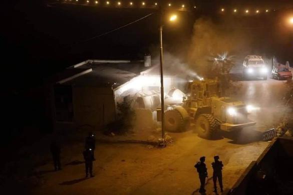 إصابات واعتقالات باقتحام مخيم الأمعري لهدم منزل عائلة أبو حميد