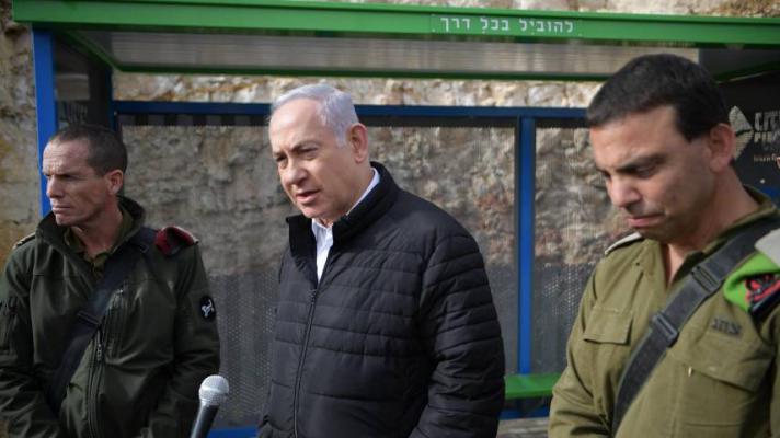 """نتنياهو من مكان عملية قتل الجنود برام الله: """"المنفذ لا زال طليقًا"""""""