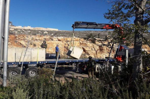 الجيش الإسرائيلي يضع قوالب خرسانية بالضفة لمنع وقوع عمليات