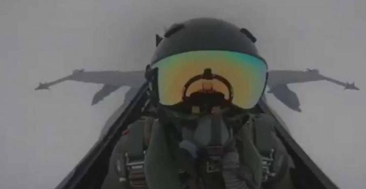 """البرق يضرب مقاتلة """"إف 18"""".. وفيديو للحادثة وردة فعل الطيار"""