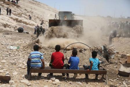 مصطفى البرغوثي يطالب بمواصلة الجهود لحماية الخان الأحمر من الهدم